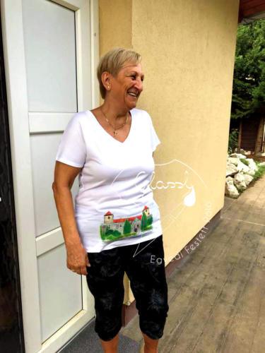 Nyugdíjas ajándék - kézzel festett, egyedi női póló. Sümegi vár.