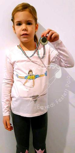 Ajándék lányoknak - egyedi gyerek póló - tornász. Festett póló.