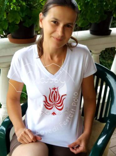 Különleges ajándék nőknek, egyedi női póló - virágos póló, tulipán. Kézzel festett póló.