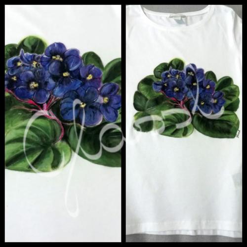 Különleges ajándék nőknek, egyedi női póló - virágos póló, fokföldi ibolya. Kézzel festett póló.